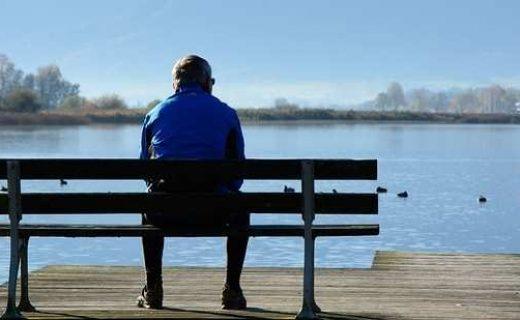 ベンチに座る男性